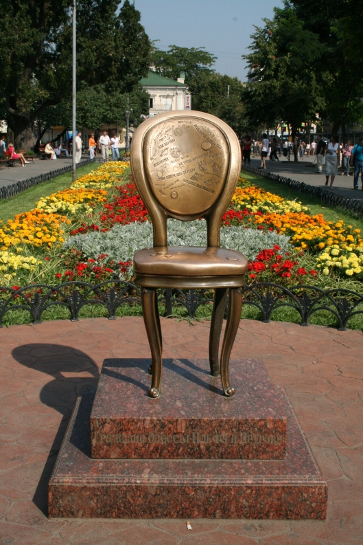 The_Twelve_Chairs_monument_in_Odessa_(Ukraine)